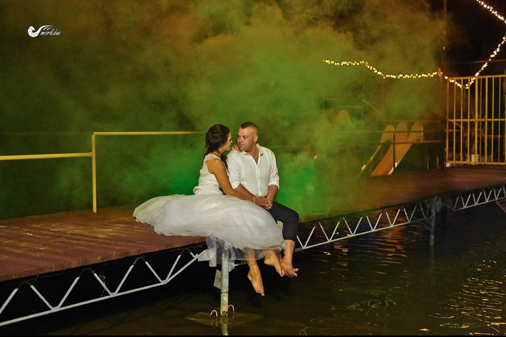 Plener ślubny videomirków nad wodą swiece dymne