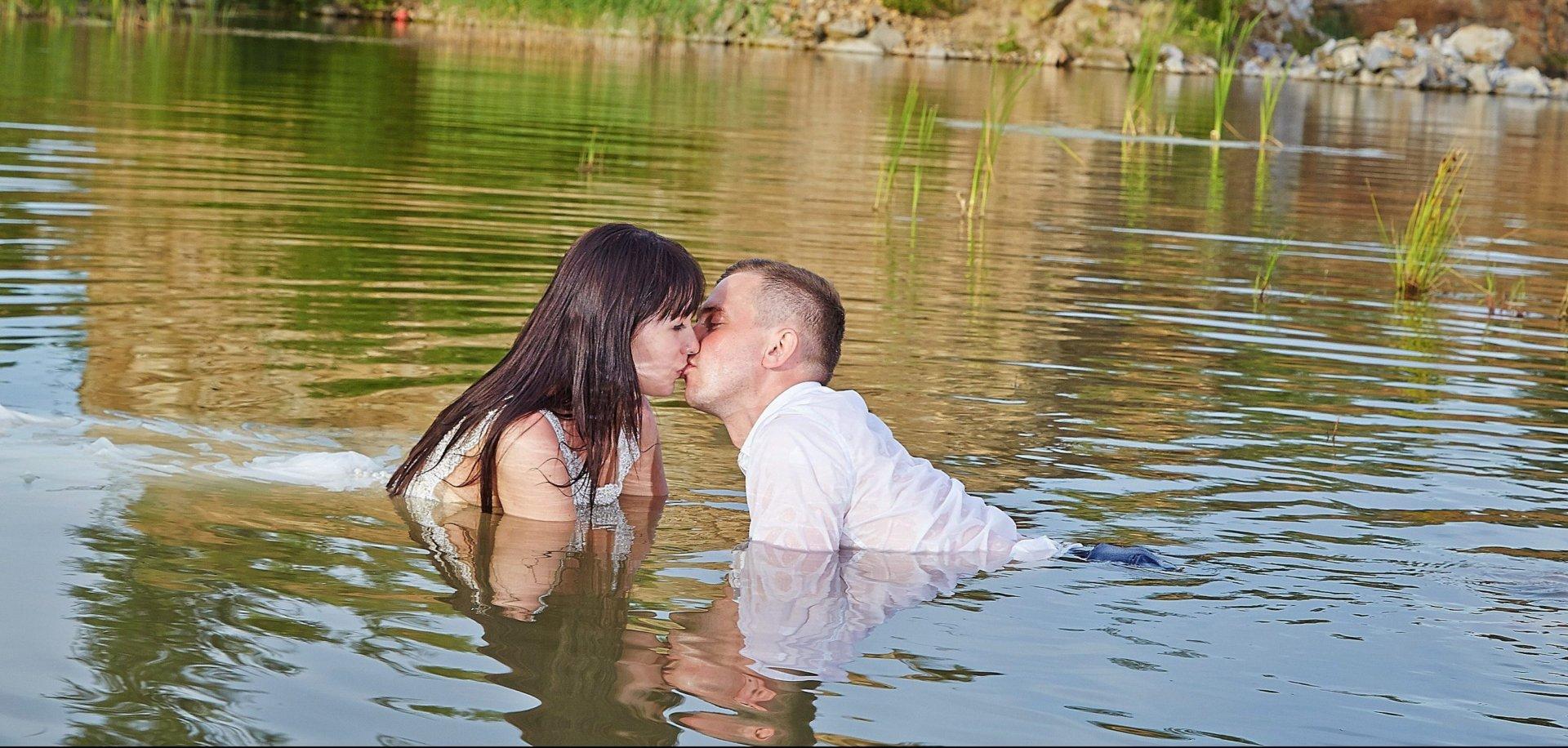 Plener ślubny videomirków w wodzie